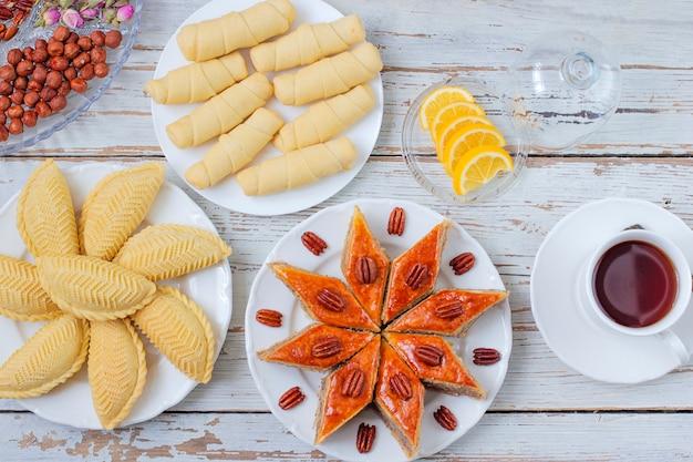 Traditionelles aserbaidschan-feiertag novruz-plätzchenbaklava auf weißer platte Kostenlose Fotos