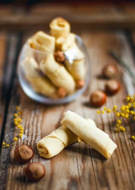 Traditionelles aserbaidschan-feiertag nowruz-plätzchenbaklava auf weißer platte mit nüssen und huzelnüssen auf grüner platte, ebenenlage Kostenlose Fotos