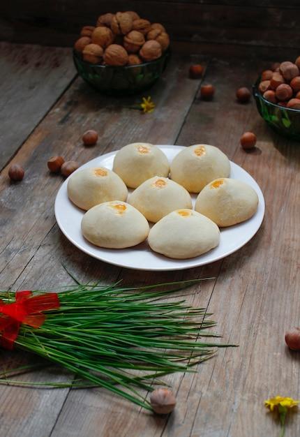 Traditionelles aserbaidschanisches feiertagsplätzchen shakar chorek auf weißer platte auf rustikalem Premium Fotos