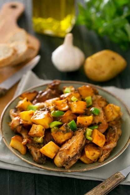 Traditionelles asiatisches tatarisches gericht. gedämpfte kartoffeln mit hammel und gemüse Premium Fotos