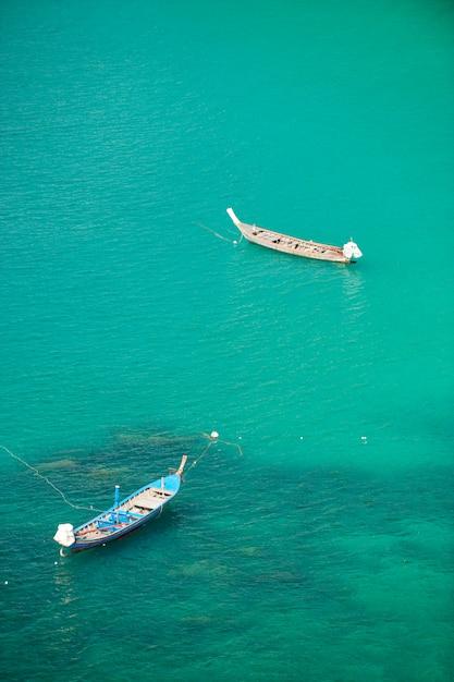 Traditionelles boot des langen schwanzes in phuket-meer, thailand. Premium Fotos