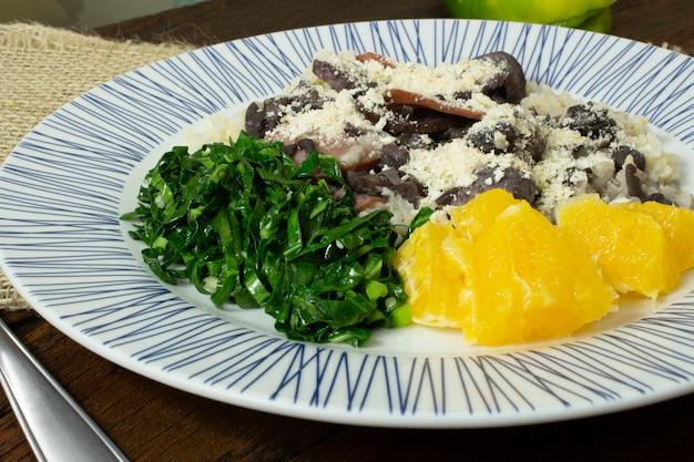 Traditionelles brasilianisches feijoada-essen. draufsicht Premium Fotos