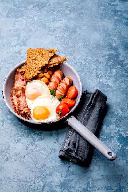 Traditionelles englisches frühstück in der bratpfanne Premium Fotos