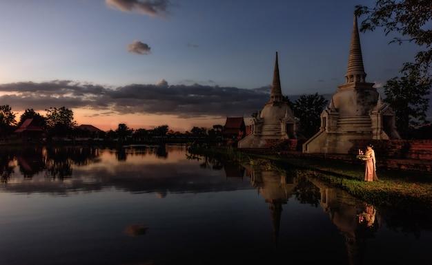 Traditionelles festival loy krathong, thailändischer frauengriff kratong, thailand Premium Fotos
