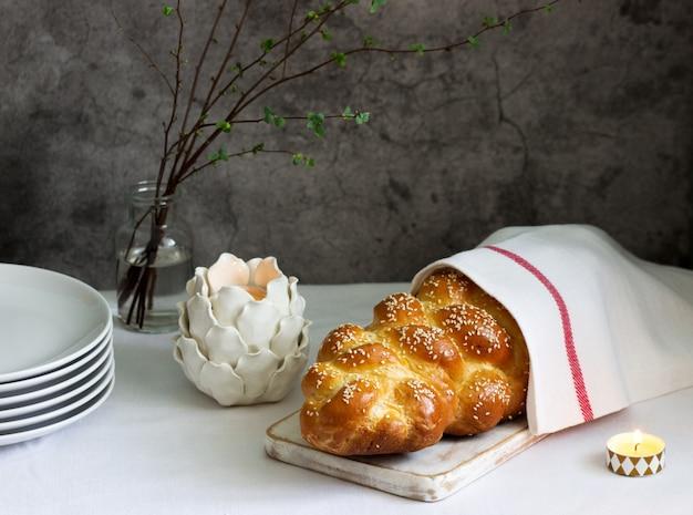 Traditionelles festliches jüdisches challa-brot aus hefeteig mit eiern. Premium Fotos