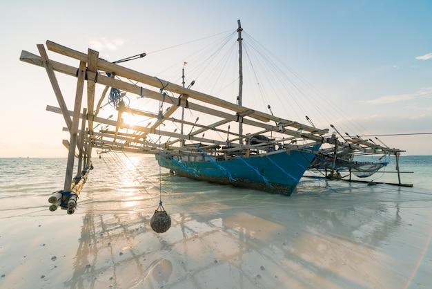 Traditionelles fischerboot auf karibischem meer des tropischen strandes. indonesien molukken-archipel, kei islands. fischereiindustrie des indonesischen kulturerbes. Premium Fotos