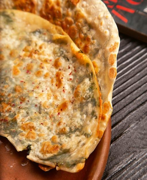 Traditionelles fleischgemüse gutab, qutab, gozleme auf hölzernem brett. Kostenlose Fotos