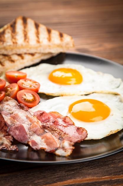 Traditionelles frühstück auf einem teller Premium Fotos