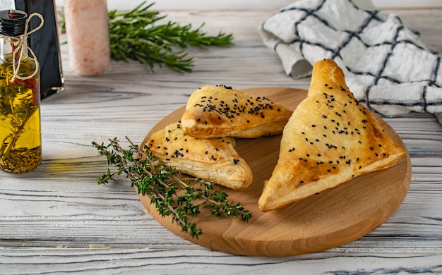 Traditionelles georgisches lebensmittel khachapuri mit fleisch und käse Premium Fotos