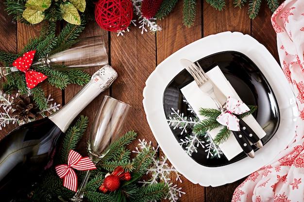 Traditionelles geschirr auf weihnachtstabelle. flach liegen. ansicht von oben Premium Fotos
