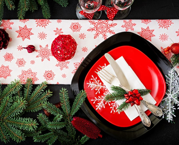 Traditionelles geschirr auf weihnachtstabelle. flach liegen. ansicht von oben Kostenlose Fotos