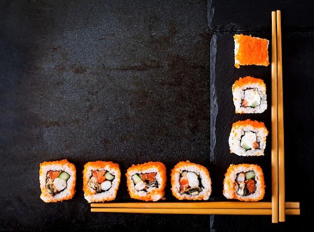 Traditionelles japanisches essen - sushi, brötchen und essstäbchen für sushi. ansicht von oben Kostenlose Fotos