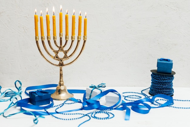 Traditionelles jüdisches menorah auf einer tabelle Kostenlose Fotos
