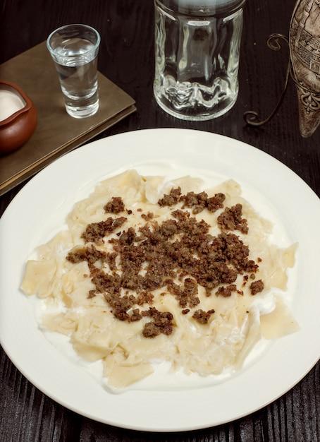 Traditionelles kaukasisches teigwarenmahlzeit khingal, khinkali mit fleisch. Kostenlose Fotos