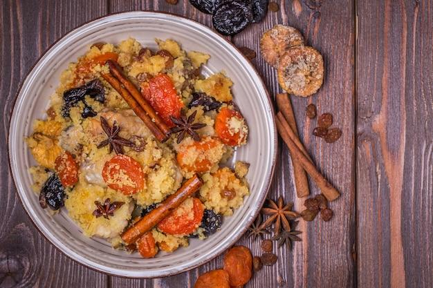Traditionelles marokkanisches huhn mit getrockneten früchten und gewürzen. Premium Fotos