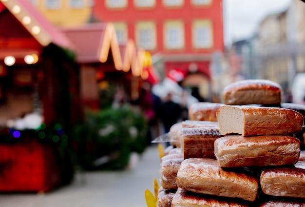 Traditionelles polnisches brot auf weihnachtsmarkt in breslau, polen Premium Fotos