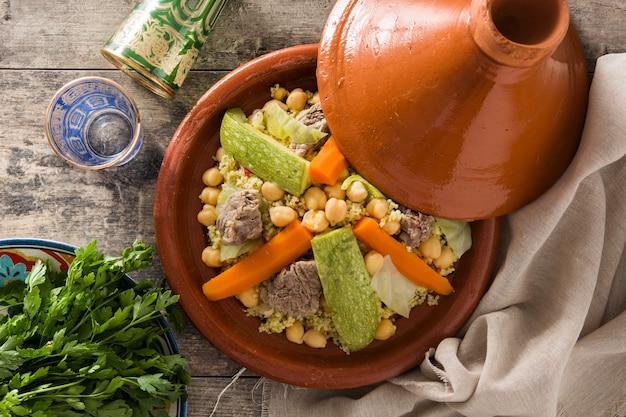 Traditionelles tajine mit gemüse, kichererbsen, fleisch und couscous Premium Fotos