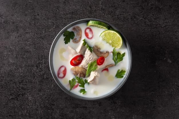 Traditionelles thailändisches essen tom kha gai in einer schüssel Premium Fotos