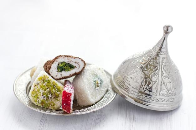 Traditionelles türkisches bonbons lukum auf einer silbernen untertasse mit deckel Premium Fotos