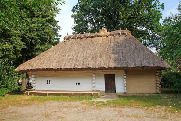 Traditionelles ukrainisches dorfmuseum im dorf morintsy an einem sommertag. Premium Fotos