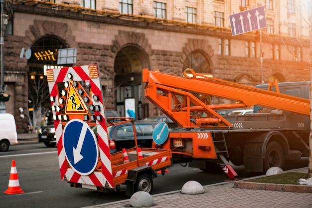 Traffic warning trailer für autobahnen. straßenreparatur, wiederaufbau Premium Fotos