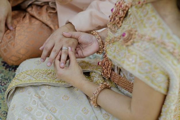 Trage einen ring, einen ehering, ein liebespaar Premium Fotos