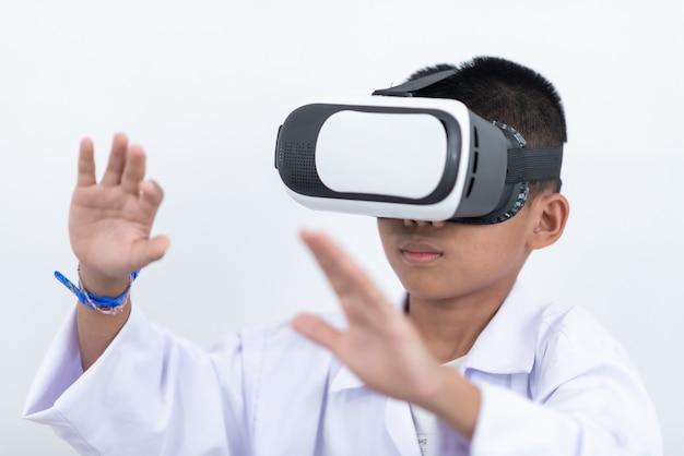Tragende aufpassende filme der virtuellen realität des glücklichen jugendlich jungen oder spielen von videospielen Premium Fotos