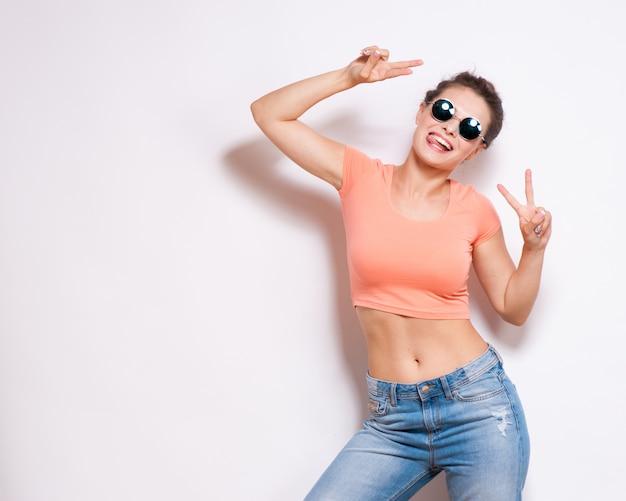 Tragende eyewear-gläser der kühlen hippie-studentenfrau Premium Fotos