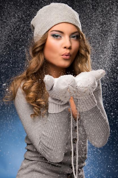Tragende handschuhe des netten gelockten mädchens während der schneefälle Kostenlose Fotos