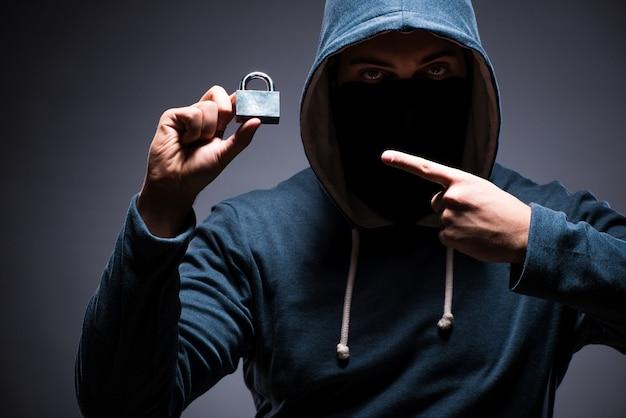 Tragende haube des hackers in der dunkelkammer Premium Fotos