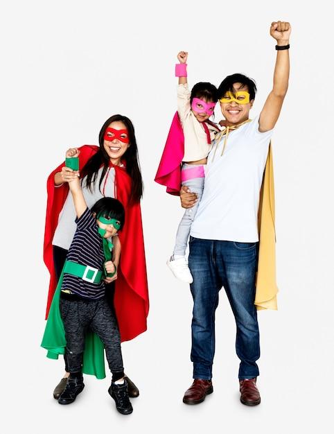 Tragende superheldkostüme der glücklichen familie Kostenlose Fotos