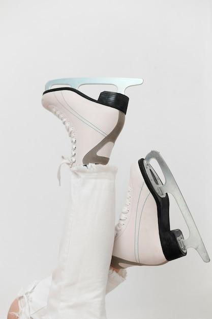 Tragende weiße schlittschuhe der seitenansichtfrau Kostenlose Fotos