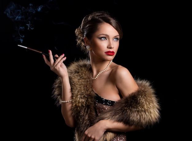 Tragender pelz der schönen, attraktiven frau Kostenlose Fotos