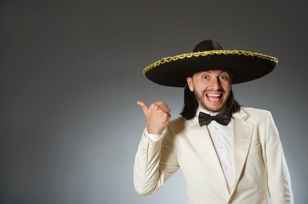 Tragender sombrerohut der person im lustigen konzept Premium Fotos