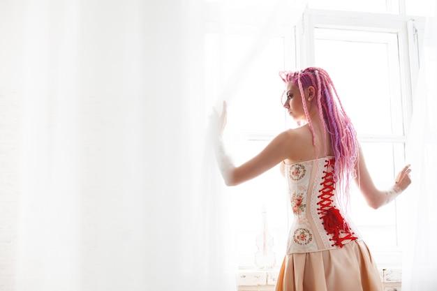 Tragendes korsett des ungewöhnlichen jungen weiblichen modells Premium Fotos