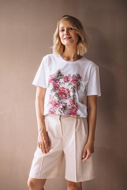Tragendes t-shirt der hübschen frau Kostenlose Fotos