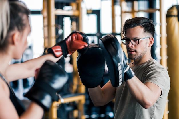 Trainieren mit boxhandschuhen und sparpartner oder coach. Premium Fotos