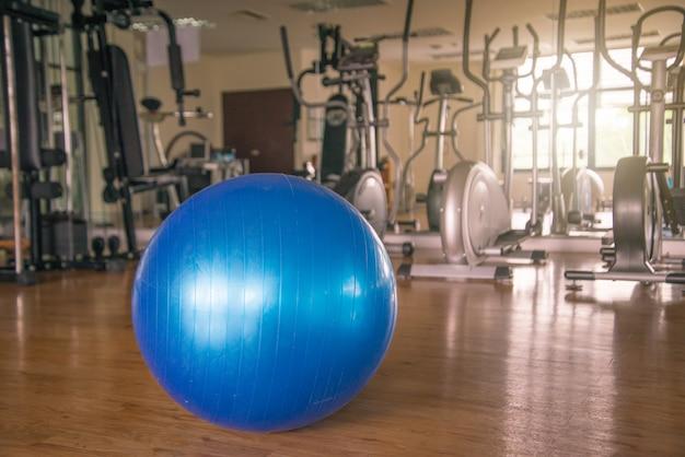 Trainieren sie blauen farbball in fitness, fitnessgeräten und fitnessbällen im sportverein. Premium Fotos