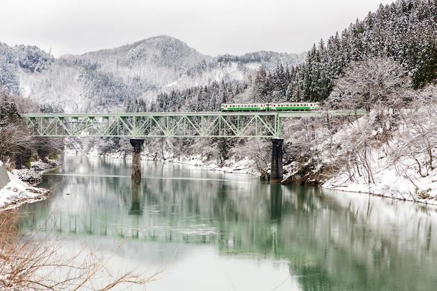 Trainieren sie im winterlandschaftsschnee Premium Fotos