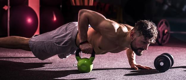 Training cross fit im fitnessstudio Kostenlose Fotos