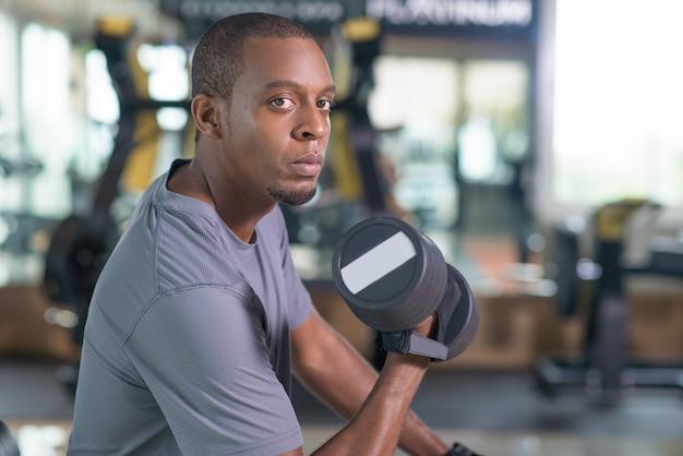 Training des schwarzen mannes mit dummkopf und betrachten der kamera Kostenlose Fotos
