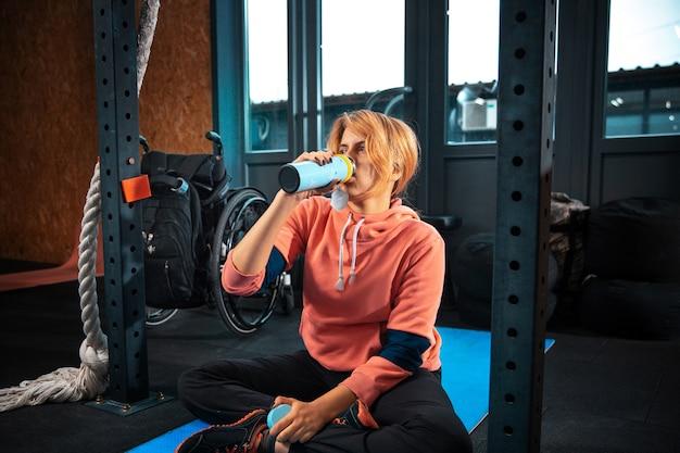 Training für behinderte frauen im fitnessstudio des rehabilitationszentrums Kostenlose Fotos