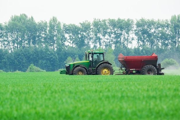 Traktor auf dem feld Premium Fotos