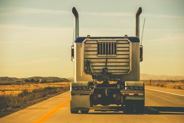 Traktor trailer auf der autobahn Premium Fotos