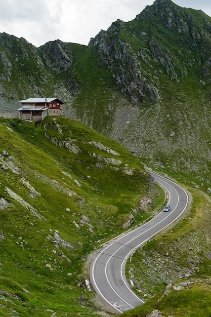 Transfagarasan gebirgsstraße mit kleinem gebäude auf felsen, rumänische karpaten Premium Fotos