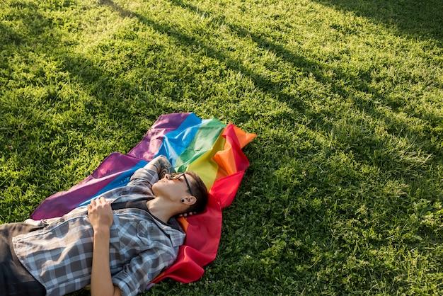 Transgender, der auf grüner wiese stillsteht Kostenlose Fotos