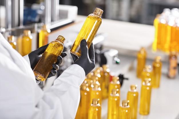 Transparente plastikflaschen mit gelber substanz gefüllt Kostenlose Fotos
