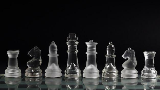 Transparente schachfiguren an bord Kostenlose Fotos