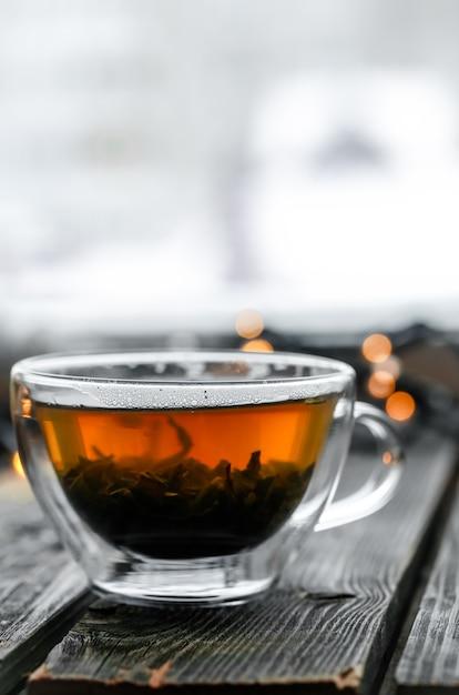 Transparente tasse tee auf holz Kostenlose Fotos