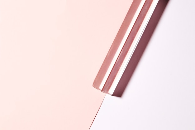 Transparenter langer kristall auf doppeltem rosa hintergrund Kostenlose Fotos
